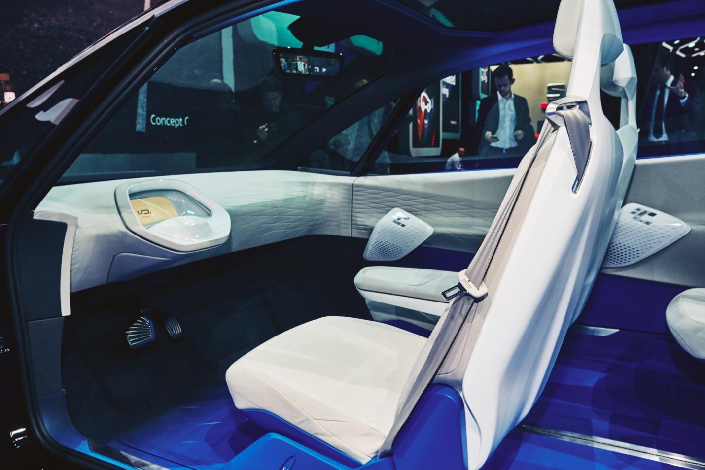 le-volant-retractable-du-concept-i-d-est-integre-dans-la-planche-de-bord