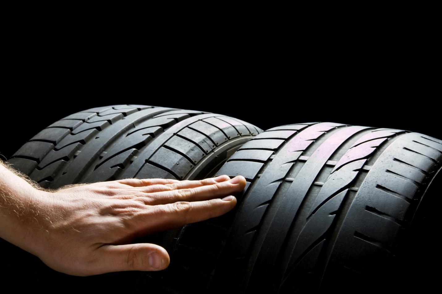 Guide pour détecter les pneus retravaillés pour les commis aux pièces