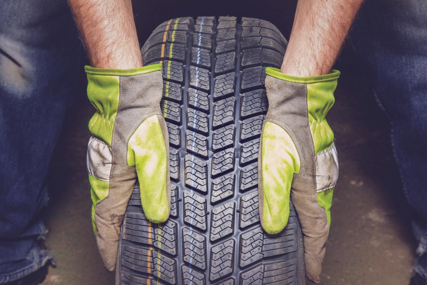 Guide pour les étudiants en mécanique auto: manipuler les pneus en toute sécurité