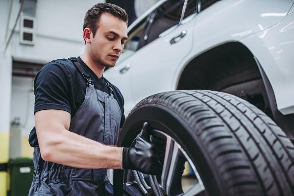 Coup d'œil sur les équipements ergonomiques pour réduire les efforts en mécanique automobile
