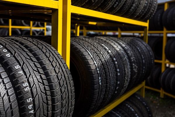 Défis d'entreposage des pneus : ce que les commis aux pièces doivent savoir
