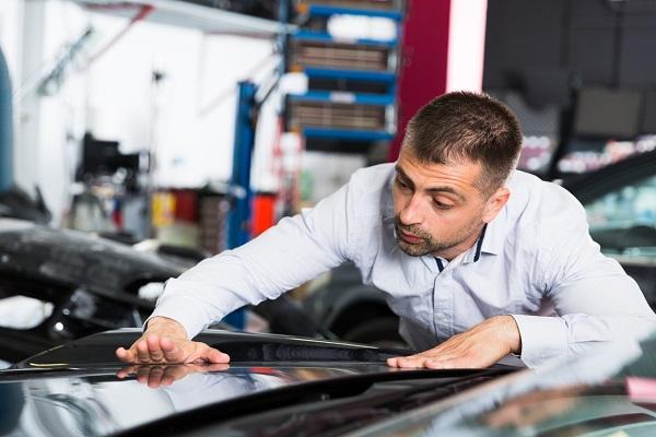 techniciens en esthétique automobile